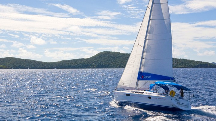 A Jeanneau 44 yacht sailing in the Whitsundays